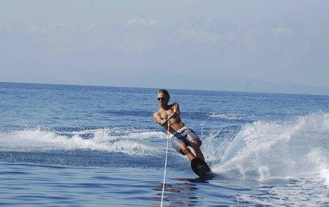 Ledecký předvedl na surfu vypracované tělo.