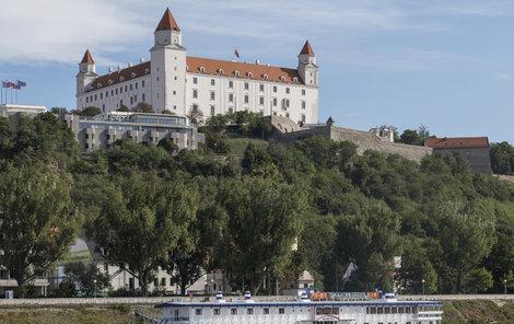 Symbol města se tyčí nad Dunajem.