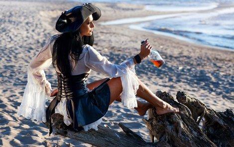 Rum byl oblíbenou pirátskou kořistí. Z pirátské romantiky ostatně vycházejí výrobci rumu ještě dnes a jeden z nich se po slavném pirátovi Morganovi i jmenuje.