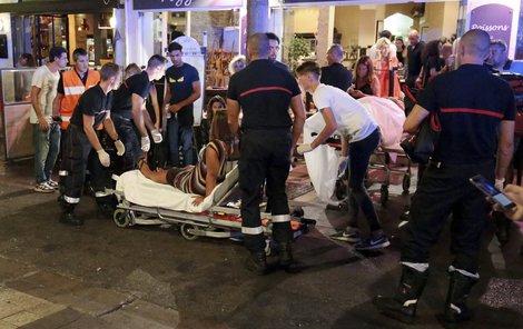 Záchranáři ošetřili na čtyřicet lehkých zranění.