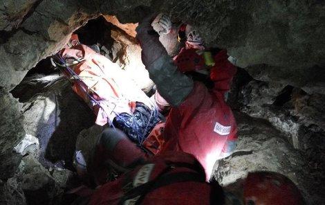Jeskyňář nepřežil mnohačetná poranění.