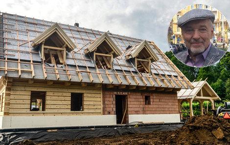 Je konec! Karel Gott vydal pokyn zastavit stavbu roubenky. Teď pozemek i rozdělanou chalupu prodává.