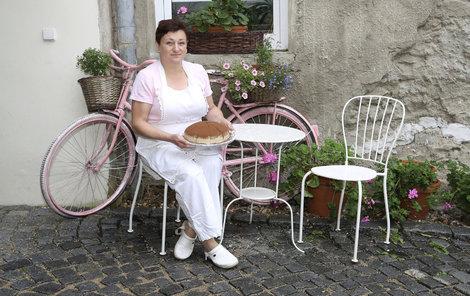 Jaroslava Michalcová s dortem Říp.