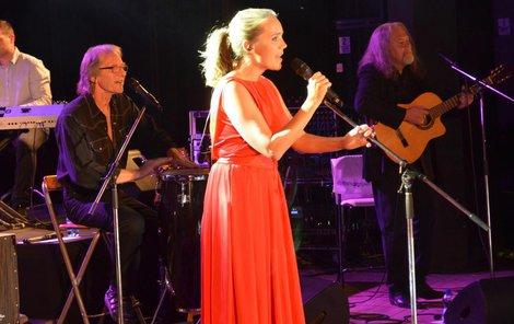 Zpěvačku doprovázela skupina Vokobere, kde hraje i Lucčin tatínek Jiří Vondráček.