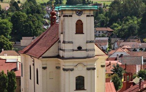 Takhle nyní vypadá kostel po sundání střechy.