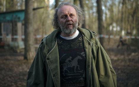 Jaroslav Dušek jako psychicky labilní otec v krimisérii od HBO Pustina.