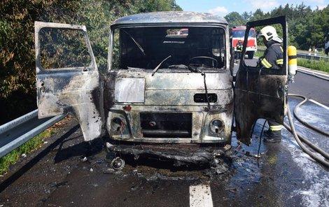Z náklaďáku zbyl ohořelý vrak.