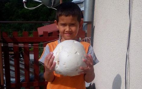 Bráchové Adam a Josef si chtěli s houbou zahrát fotbal.