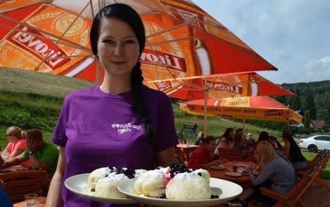 Vyhlášené borůvkové knedlíky přináší ke stolům servírka Pavla v restauraci Roháč.