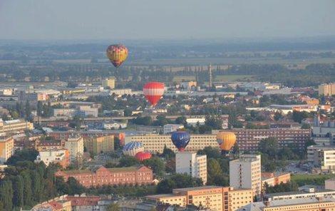 Na balony vynořující se z městské zástavby byl úchvatný pohled.