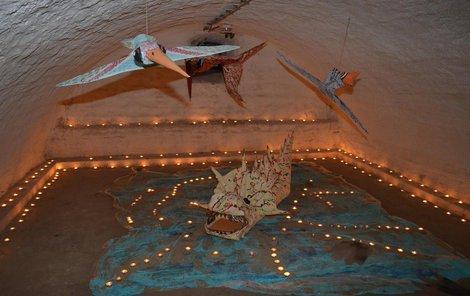 Podzemí linhartovského zámku se proměnilo v rejdiště prehistorických i jiných příšer.