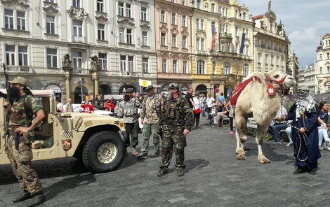 Skupinka ozbrojenců s velbloudem vzbudila rozruch.