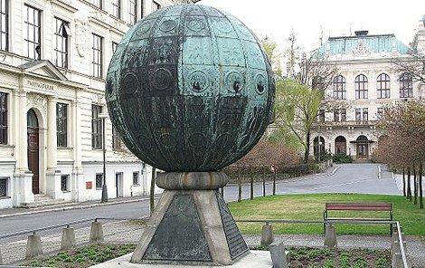 Koule má průměr 2,5 metru a je nyní v opravě.