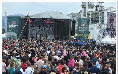 Loni v Nošovicích zahrála kapela Arakain