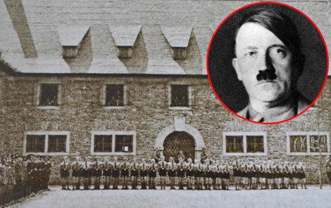 Nástup studentů tehdejší školy Adolfa Hitlera a jejich učitelů z roku 1944.