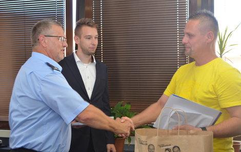Statečnost Marcela Vály ocenil i vedoucí ústecké policie Vladimír Danyluk (vlevo) a regionální manažér Lidlu Petr Fukal (uprostřed).