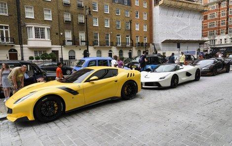 Tři krasavci zaparkovaní na londýnské ulici. Dvanáctiválec Ferrari F12TDF - Cena: 13 milionů Kč, Hybrid LaFerrari - Cena: 30 milionů Kč, Nejrychlejší Bugatti Veyron - Cena: 57 milionů Kč