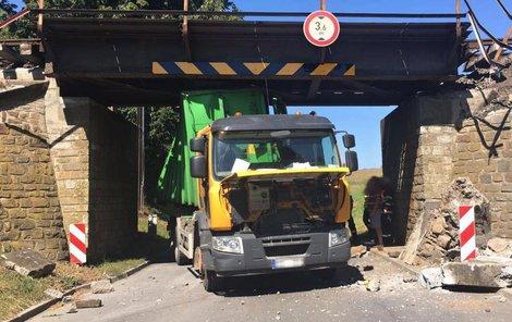 Náraz náklaďáku posunul konstrukci mostu.