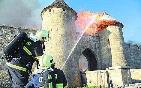 S plameny bojovalo 24 hasičských jednotek.