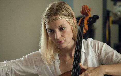 Herečka se naučila hrát na nový hudební nástroj.