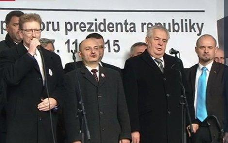 Zeman s Konvičkou vloni 17. listopadu na pražském Albertově.