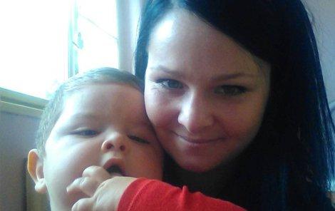Dominik s maminkou Pavlou, která doufá, že díky sluchadlu začne její syn mluvit.