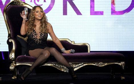 Mariah Carey se jako prostitutka často obléká, uživí ji ale zpěv, nemusí prodávat své tělo jako sestra.