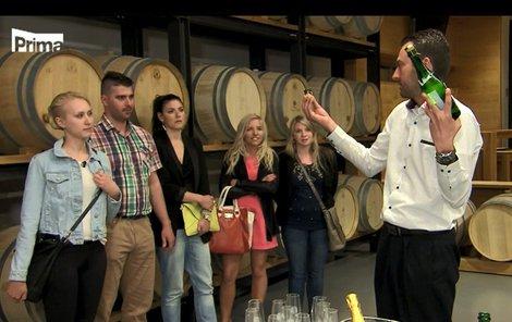 Dnes se všichni vydají do vinařství naučit se otevírání šampaňského šavlí.