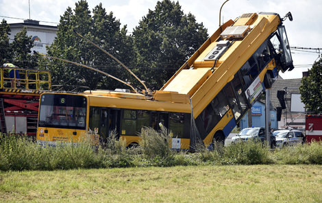 Při nehodě bylo zraněno 13 lidí, pět z nich vážně.