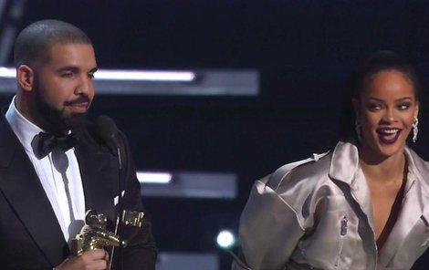 Drake na pódiu vyznává Rihanně lásku.