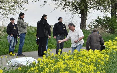 Kriminalisté na místě nálezu dvou těl v Uhříněvsi.
