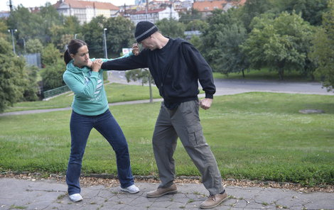 Blokace zrakových vjemů agresora není nikdy na škodu.