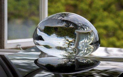 Václav Cigler, Valoun, počátek 60. let, broušené sklo, průměr 27 cm,  Museum Kampa, foto Gabriel Urbánek
