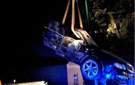 Řidič Audi na místě zemřel.