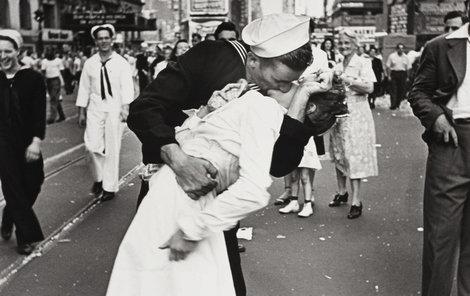 1945: Slavnou fotku pořídil Alfred Eisenstaedt.