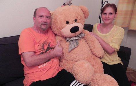 Žáci na svého učitele nezapomněli. Věnovali mu velkého plyšového medvěda.