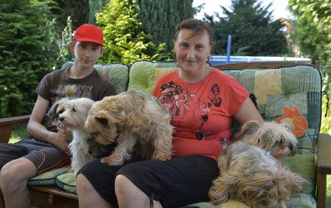 Daniel se svojí matkou a psími kamarády.