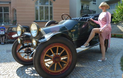 Austro Daimler z roku 1910 přitahoval dámy už v době, kdy poprvé vyjel na cesty. Není divu, že na zahradě vily Low-Beerů se i o sto let později kolem něj rojily krásné dámy v dobovém oblečení.