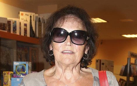 Marta celou dobu nesundala z očí brýle.
