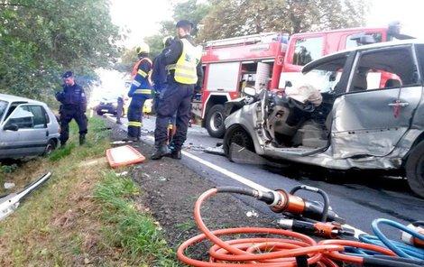 U Sokolova se srazila dvě auta a traktor.