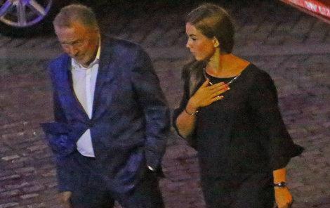 Po večírku doprovodila Doubravová Gotta k autu.