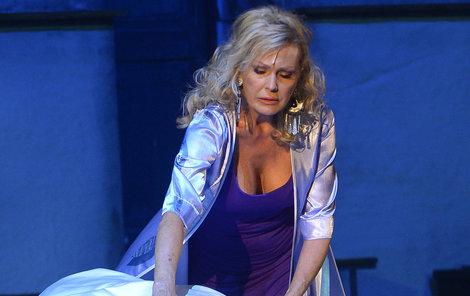 Helena ztvárňuje Donnu.