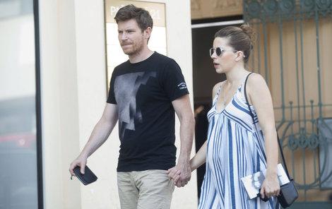 Švehlík držel svoji těhotnou ženu za ruku...