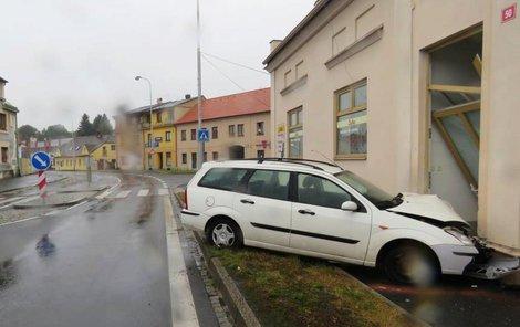 Lehce opilý řidič navedl svůj ford do zdi.
