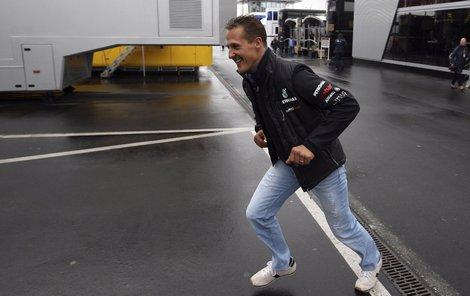 Schumacher běhal, byl skvělý řidič a zdatný sportovec, ale už skoro 33 měsíců jen leží.