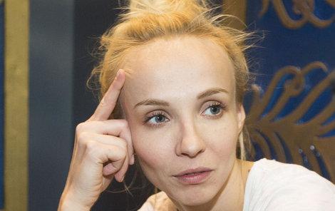Jana Plodková nosí závěsnou ortézu.