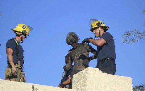 Když ho hasiči vytáhli, byl ušmudlaný jako mouřenín.