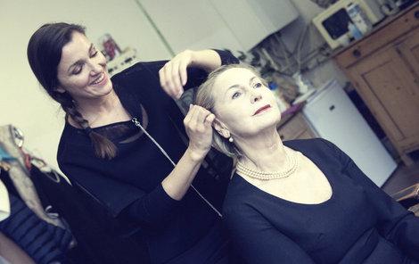 Eliška Balzerová v maskérně, kde ji připravují na roli královny Alžběty II.