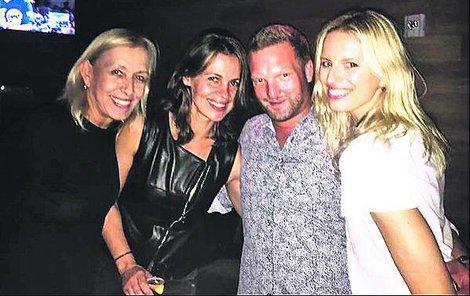 Martina se svojí ženou Julií a dobrou kamarádkou Karolinou Kurkovou.