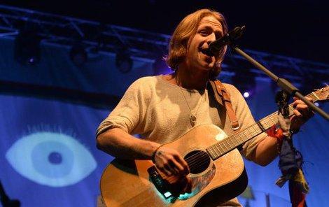 Zpěvák zazpíval písničky na přání svých fanoušků.